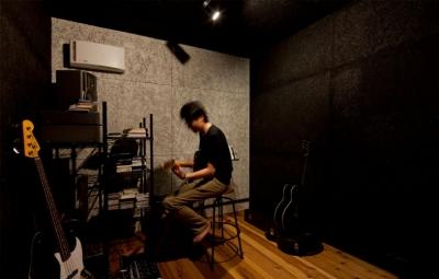 ご主人のための防音スタジオ (小さな中庭と大きな縁側|プライバシーを守りながら開放的に住む住宅【奈良県生駒市】)