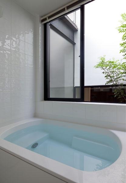 小さな中庭と大きな縁側|プライバシーを守りながら開放的に住む住宅【奈良県生駒市】 (中庭に面した明るい浴室)