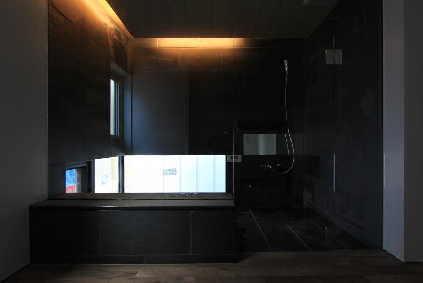 「BOX+庭+BOX」の部屋 造作風呂