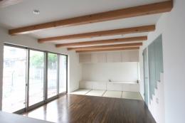 風景を切り取るオープンフレームハウス (畳スペースのあるリビング)