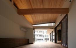 風景が透過する和モダンの家 (南北に風景が透過するリビング)