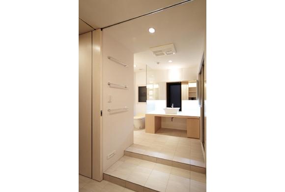 TM邸 和モダンを基調とした2世帯リノベーションの部屋 開放的で美しい洗面室
