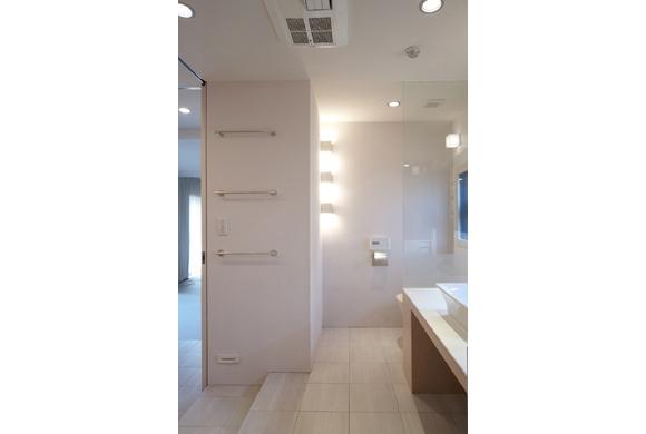 TM邸 和モダンを基調とした2世帯リノベーションの部屋 開放的で美しい洗面室2