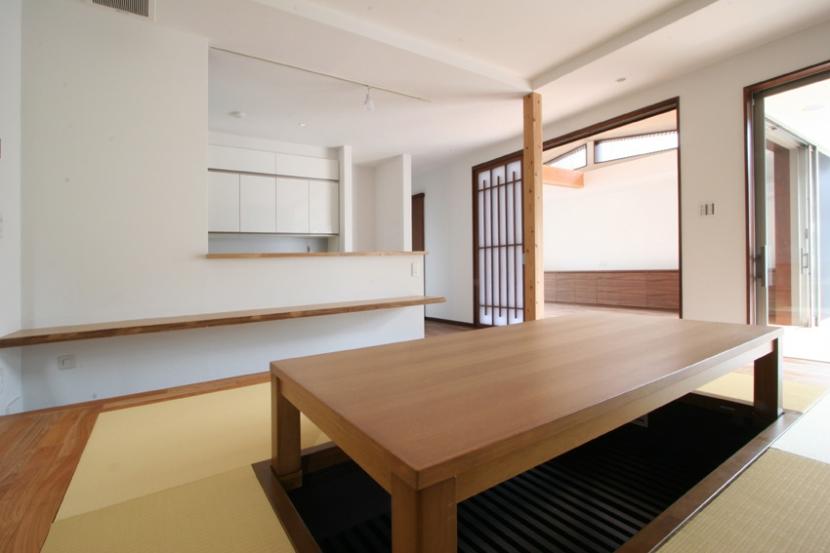 風景が透過する和モダンの家の部屋 庭園と連続した畳ダイニング