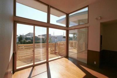 シンボルツリーを取り囲む家並み (全面開口の掃出し窓から風景を取り込むリビングダイニング)