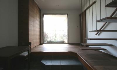 風景が透過する和モダンの家 (前庭が広がる広々とした玄関)