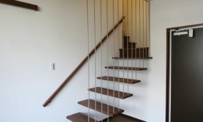 風景が透過する和モダンの家 (宙に浮く階段)