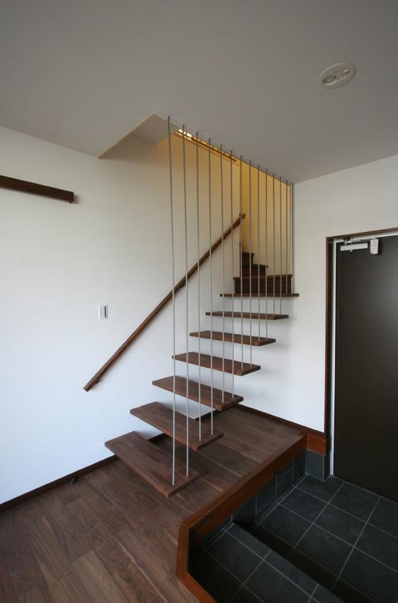 風景が透過する和モダンの家の部屋 宙に浮く階段