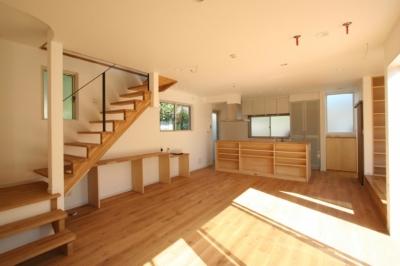 囲んで繋がる心地いい住まい (階段で2階へと繋がる姉夫婦世帯リビングダイニング)
