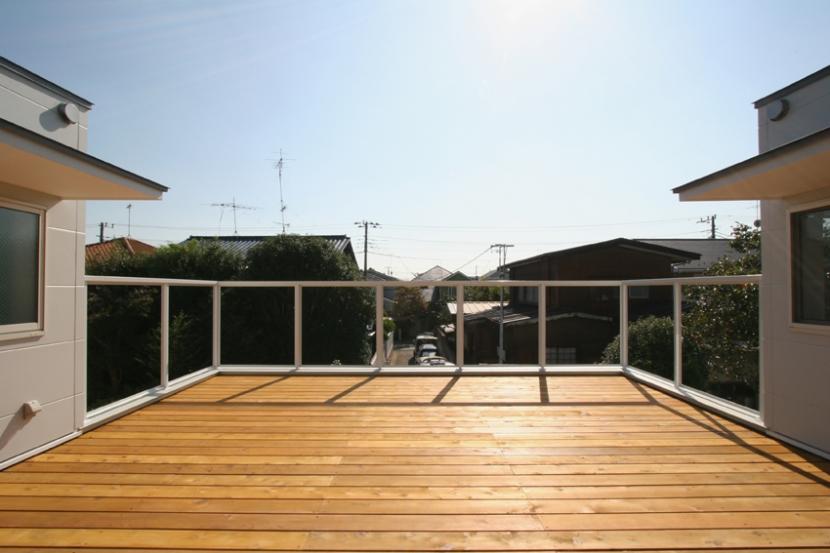 囲んで繋がる心地いい住まいの部屋 風景が広がる屋上デッキテラス