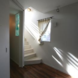 ⊿の家 (光が降り注ぐ3階への階段)
