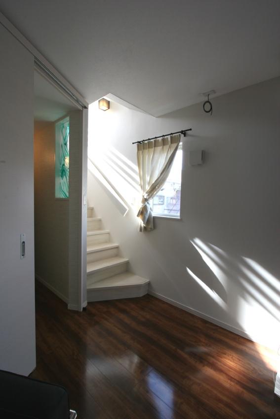 ⊿の家の部屋 光が降り注ぐ3階への階段