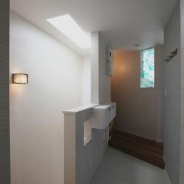 ⊿の家 (上部トップライトから光が落ちる階段室)