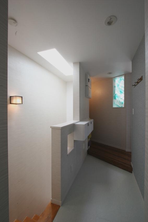 ⊿の家の部屋 上部トップライトから光が落ちる階段室
