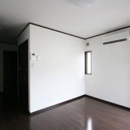 コーナーウィンドウのあるアパートメントハウス (1階住戸洋室)