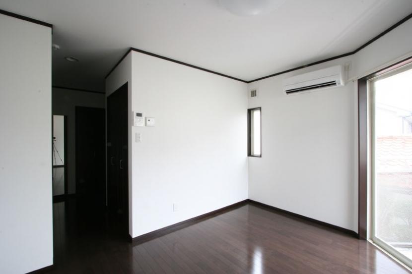 コーナーウィンドウのあるアパートメントハウスの写真 1階住戸洋室