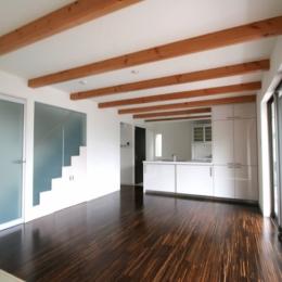 風景を切り取るオープンフレームハウス (対面式キッチンにと繋がるリビングダイニング)