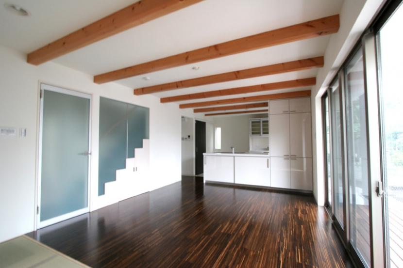 風景を切り取るオープンフレームハウスの部屋 対面式キッチンにと繋がるリビングダイニング