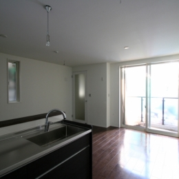 Residential Court-Z (中庭に面した賃貸住戸のリビングダイニング)