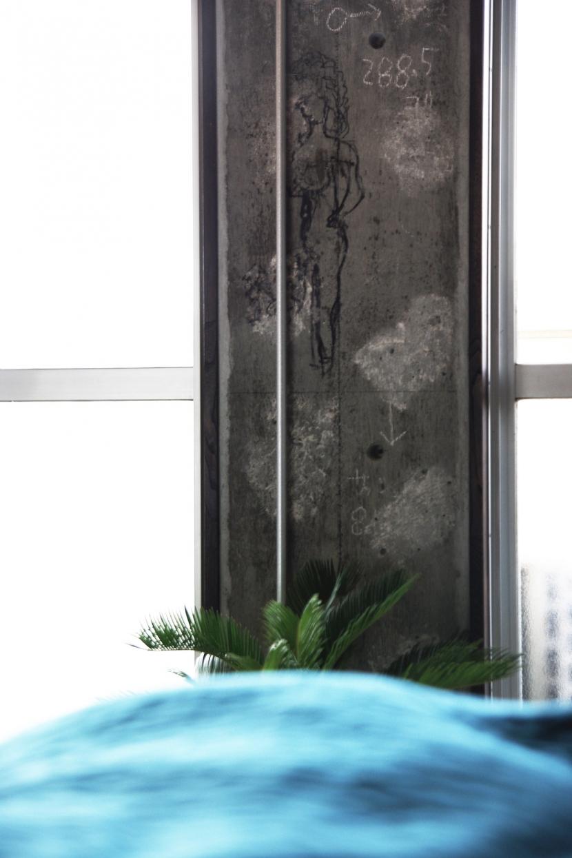 リビングダイニング事例:マンション建設時の職人さんによるエロ落書き。面白いからそのままに。(マンションリノベーション|名古屋市千種区F邸)