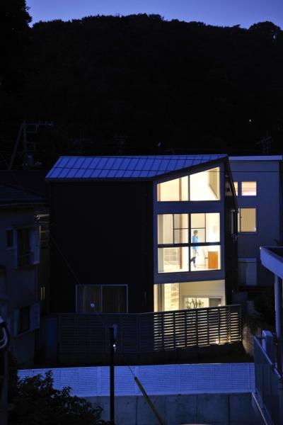 逗子山の根の家 (外観 夜景)
