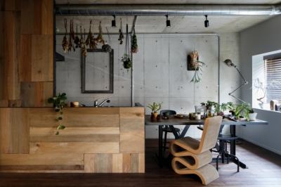 ヴィンテージもモダンもなじむ、ニュートラルな空間 (キッチン)