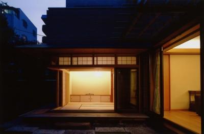 目白の家 (夜景ー庭から)