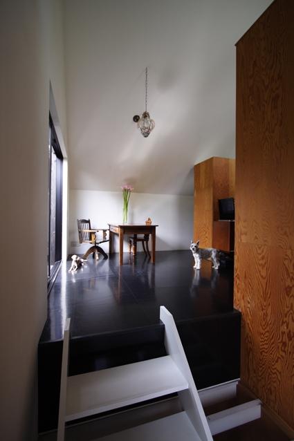 リビングのデザイン・いろいろなあり方の部屋 黒い床のリビング