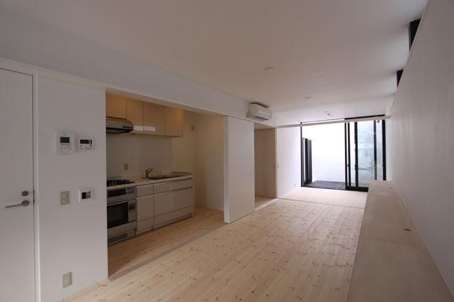 リビングのデザイン・いろいろなあり方の部屋 開閉式キッチンのあるリビング