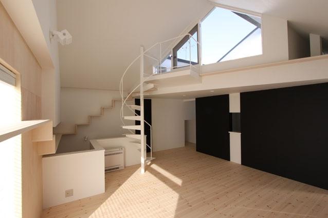 リビングのデザイン・いろいろなあり方の部屋 らせん階段のあるリビング