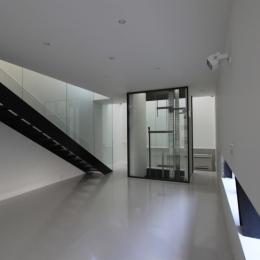 リビングのデザイン・いろいろなあり方-透明なエレベーターのあるリビング