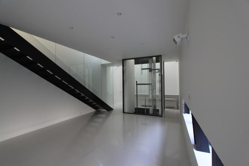リビングのデザイン・いろいろなあり方の部屋 透明なエレベーターのあるリビング