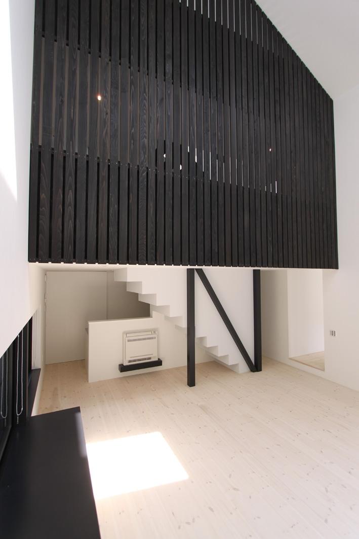 リビングのデザイン・いろいろなあり方の部屋 木製縦ルーバーのあるリビング