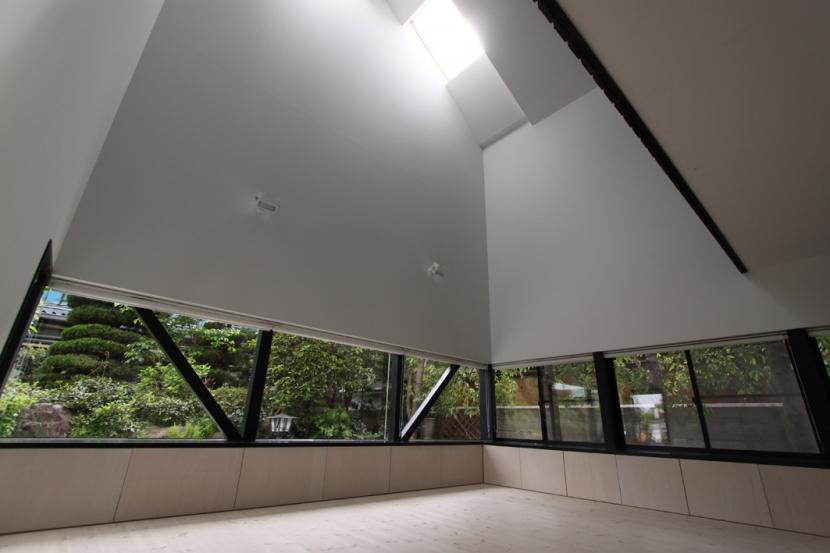 リビングのデザイン・いろいろなあり方の部屋 地窓から緑を借景する