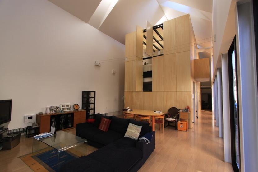 リビングのデザイン・いろいろなあり方の部屋 木箱の入ったリビング