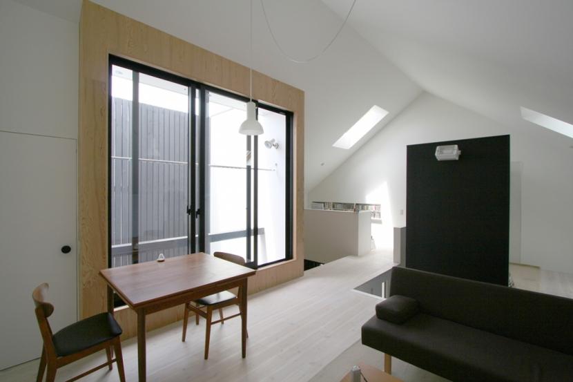 リビングのデザイン・いろいろなあり方の部屋 小さな中庭に面したLDK