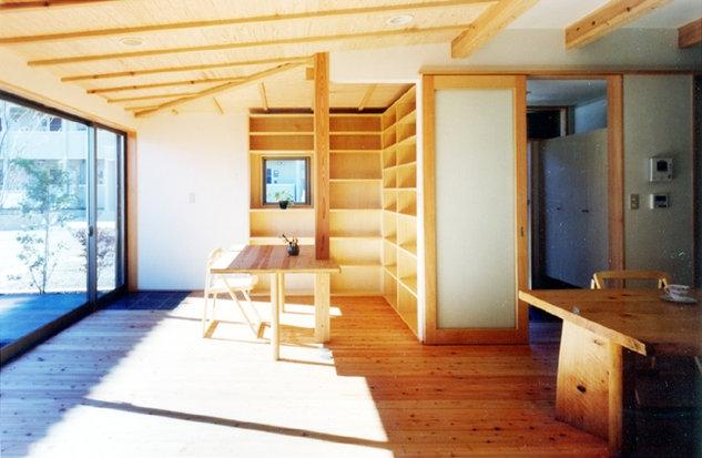 コンパクトハウス/Saさんの家の部屋 仕切らず広々と光を届ける1階空間。機能はコーナーでローコスト