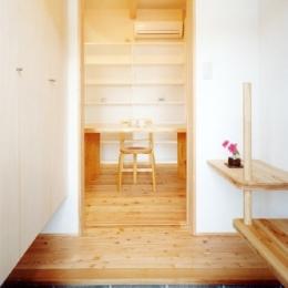 コンパクトハウス/Saさんの家 (腰掛と手摺もインテリアな玄関)