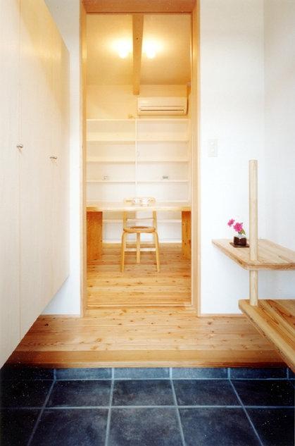 コンパクトハウス/Saさんの家の部屋 腰掛と手摺もインテリアな玄関