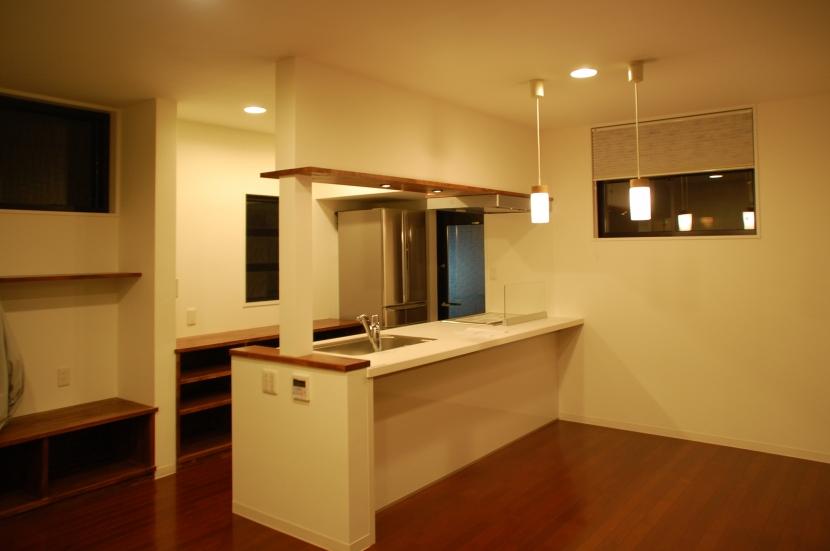 ハーフコートハウス/Okiさんの家の部屋 落ち着いた、単身者の為のダイニングキッチン