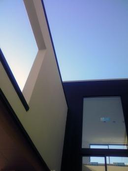 ハーフコートハウス/Okiさんの家 (中庭から見上げた空)