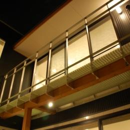 ハーフコートハウス/Okiさんの家 (光を落とす、バルコニーのグレーチング床)