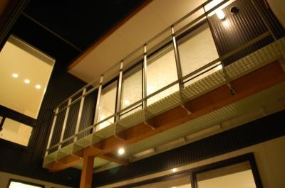 光を落とす、バルコニーのグレーチング床 (ハーフコートハウス/Okiさんの家)