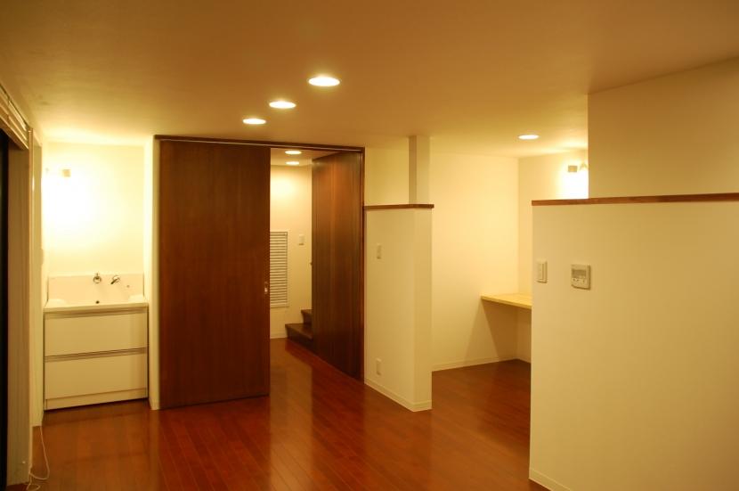 ハーフコートハウス/Okiさんの家の部屋 単身者にとっての機能を収めたプライベートフロアー