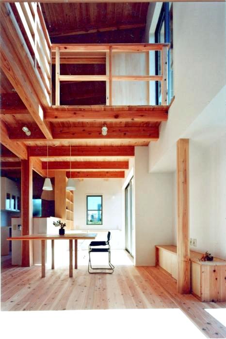 開放的、引戸を多用した木の家/川沿いの家の部屋 川辺の風が抜けてゆく、光あふれる大きな吹き抜け空間