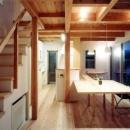 作り付けの家具も空間を繋げる吹抜けをサポート