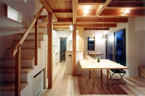 開放的、引戸を多用した木の家/川沿いの家の部屋 作り付けの家具も空間を繋げる吹抜けをサポート