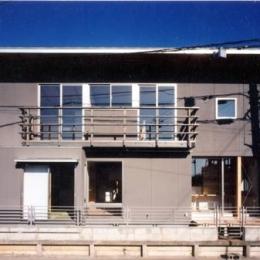 開放的、引戸を多用した木の家/川沿いの家 (南側外観)