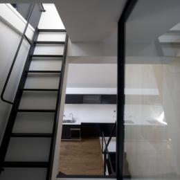 オウチ01・狭小二世帯住宅 (ロフトへの階段)