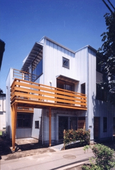 狭小地に建つバリアフリー木造3階/Suさんの家 (東側正面)